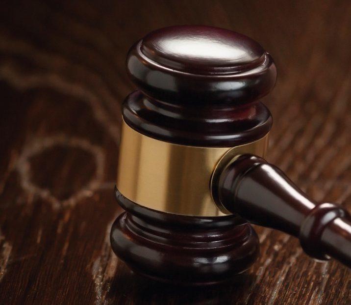 Immobilienrecht | Hammer auf braunem Tisch