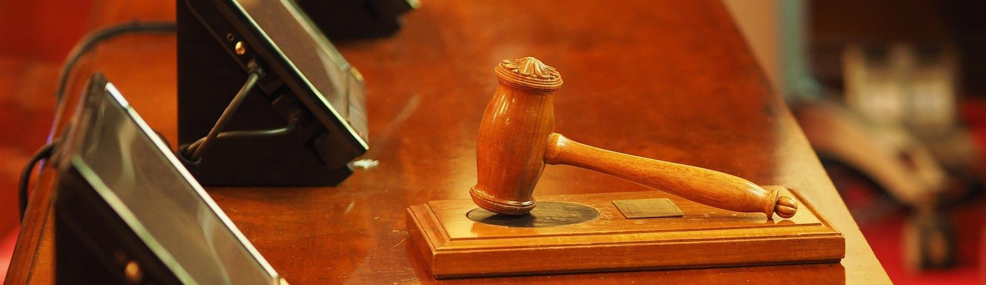Immobilienrecht - Holzhammer-Gericht auf braunem Tisch